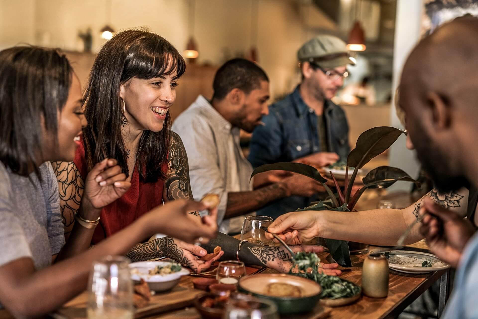Normalität in der Gastro, Bewirtung im Innenraum, Restaurantbesuch nach Corona
